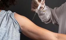 Przeciwnicy szczepień tracą pracę