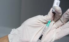 23-latka otrzymała sześciokrotną dawkę szczepionki