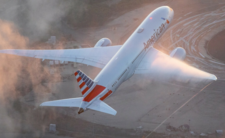 Szok w samolocie American Airlines. Wyrzucili chore dziecko